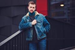Homme dans les jeans et la veste de denim image libre de droits