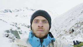 Homme dans les montagnes du Népal Voyage de circuit de Manaslu, passage de Larke, altitude de 5100m banque de vidéos