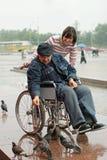 Homme dans les oiseaux alimentants de fauteuil roulant Image libre de droits