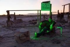 Homme dans les ruines regardant la télévision Images libres de droits