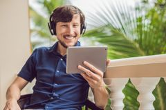 Homme dans les tropiques parlant avec les amis et la famille sur l'usi visuel d'appel Images libres de droits