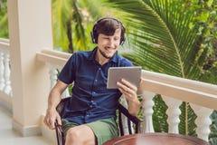 Homme dans les tropiques parlant avec les amis et la famille sur l'usi visuel d'appel Photo libre de droits