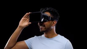 Homme dans les verres de vr ou le casque de réalité virtuelle clips vidéos