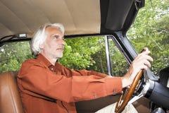 Homme dans sa voiture Photo stock