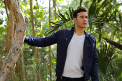 Homme dans un arrangement de nature avec la main sur l'arbre Photographie stock