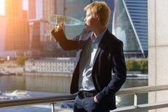 Homme dans un boire de costume Images stock