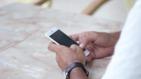 Homme dans un café avec un périphérique mobile banque de vidéos