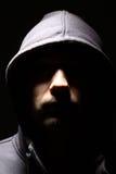 Homme dans un capot Photographie stock libre de droits