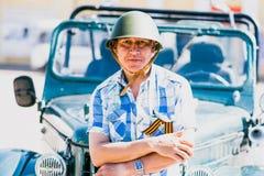 Homme dans un casque militaire au défilé en l'honneur de Victory Day dans la deuxième guerre mondiale Photographie stock