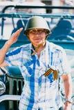 Homme dans un casque militaire au défilé en l'honneur de Victory Day dans la deuxième guerre mondiale Images libres de droits