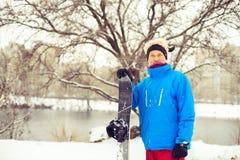 Homme dans un chapeau drôle avec le surf des neiges Images libres de droits