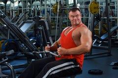 Homme dans un club de santé photos stock