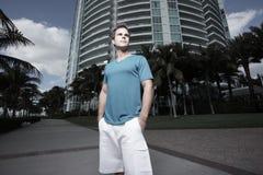 Homme dans un environnement urbain Images libres de droits