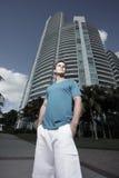Homme dans un environnement urbain Photographie stock