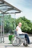Homme dans un fauteuil roulant Photo stock
