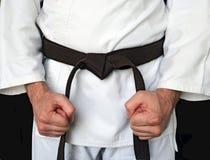 Homme dans un kimono et une courroie pour des arts martiaux images libres de droits