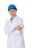 Homme dans un manteau et un casque de laboratoire Photos libres de droits