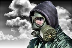 Homme dans un masque de gaz contre la nature polluée photo libre de droits