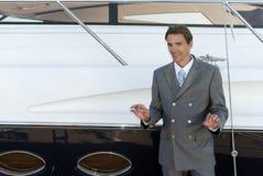 Homme dans un procès près du yacht Photographie stock libre de droits