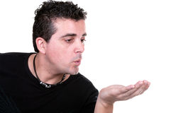 Homme dans un procès présentant quelque chose Image libre de droits