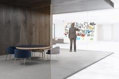 Homme dans un refuge de bureau Photographie stock