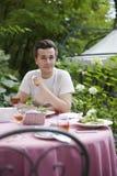 Homme dans un restaurant photos stock