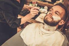 Homme dans un salon de coiffure photos libres de droits