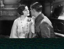 Homme dans un uniforme flirtant avec une femme dans son salon (toutes les personnes représentées ne sont pas plus long vivantes e Photo stock