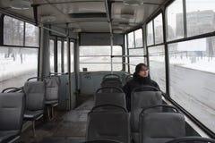 Homme dans un vieux tramway froid image stock