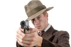 Homme dans un vintage de costume, but avec une arme à feu, sur le blanc Photo stock
