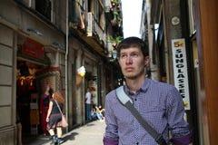 Homme dans une rue peu familière photo stock