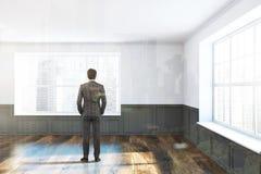 Homme dans une salle non meublée blanche et grise Photos libres de droits