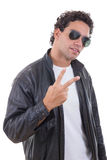 Homme dans une veste en cuir avec des lunettes de soleil montrant la paix Photographie stock libre de droits