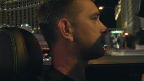 Homme dans une voiture à Las Vegas banque de vidéos