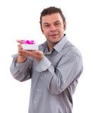 homme de 40 ans retenant un cadre actuel blanc Photos stock