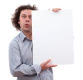 homme de 40 ans retenant un panneau blanc Image libre de droits