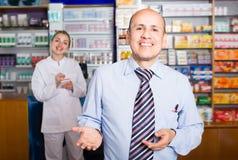 Homme de aide de pharmaceutist professionnel Photos stock