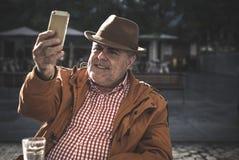 homme de 50 ans prenant le selfie Images stock