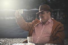 homme de 50 ans prenant le selfie Photos libres de droits
