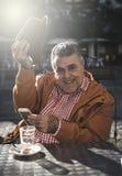 homme de 50 ans prenant le selfie Photos stock