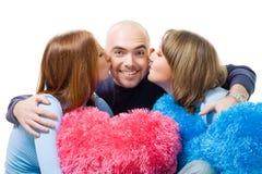 Homme de baiser de deux femmes dans les joues Images libres de droits