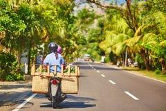 Homme de Balinese sur le scooter Image stock