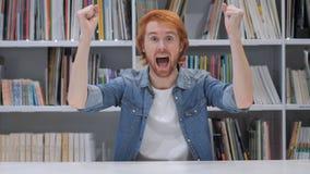 Homme de barbe célébrant le geste de succès dans l'offcie photographie stock