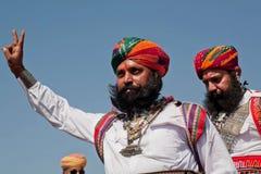 Homme de barbe dans l'exposition indienne de robe le signe de victoire Photos stock
