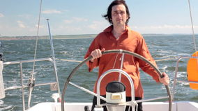 Homme de barre de yacht banque de vidéos