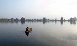 Homme de bateau de la Kashmir se vendant sur le lac dal Photographie stock