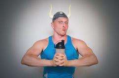Homme de Bodybuilder avec le cocktail de protéine images libres de droits
