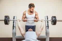 Homme de bodybuilding photographie stock libre de droits