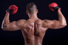Homme de boxeur montrant le sien arrière avec les gants rouges photos stock