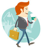 Homme de bureau de hippie marchant et tenant le café et le résumé dedans Images stock